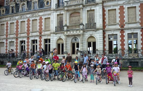 les 42 vélos à l'arrivée devant le château de la Charbonnière