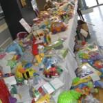 Table de jouets : peluche, jouets 1er âge